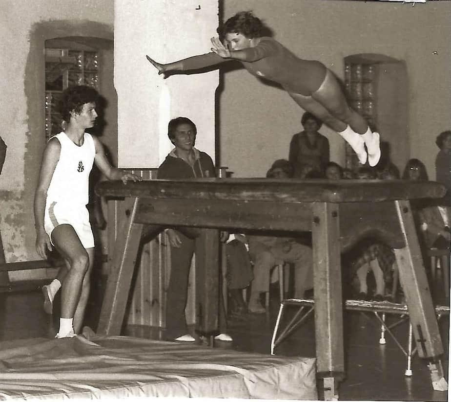 Sprung über den Tisch.ca. 60er Jahre